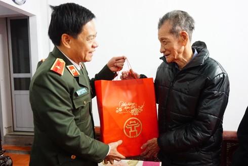 Thiếu tướng Đoàn Duy Khương, Giám đốc CATP thăm, tặng quà gia đình cụ Lê Sỹ Đỗng, thân nhân liệt sỹ nhân dịp năm mới 2017