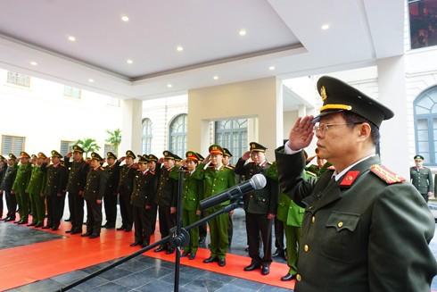 Đại tá Đào Thanh Hải, Phó Giám đốc CAHN cùng CBCS kính cẩn mặc niệm tại Đài tưởng niệm Anh hùng liệt sỹ