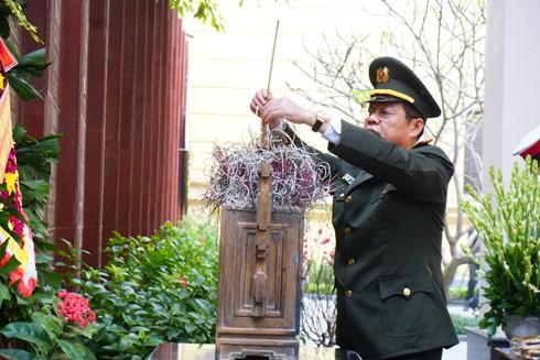 Đại tá Đào Thanh Hải, Phó Giám đốc CATP Hà Nội dâng hương, tri ân các Anh hùng liệt sỹ