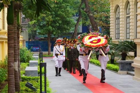 """Vòng hoa của đoàn Công an Hà Nội mang dòng chữ: """"Đời đời nhớ ơn các Anh hùng liệt sỹ"""""""