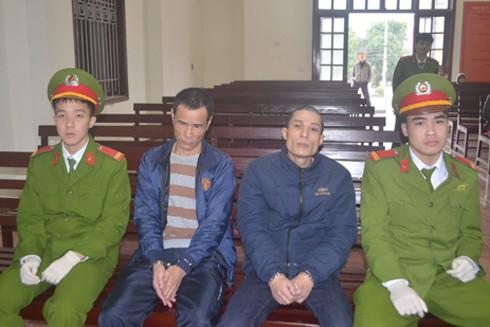 Hai đối tượng Mùi và Trung (ngồi giữa) tại phiên tòa xét xử