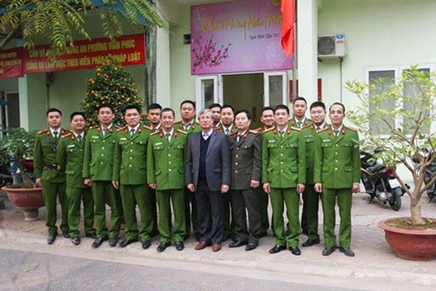 Đồng chí Trần Quốc Vượng chụp ảnh lưu niệm cùng CBCS Công an phường Vĩnh Phúc