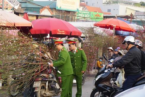 Tổ công tác CAQ Tây Hồ hỗ trợ, giải quyết các phương tiện khi gặp sự cố tại chợ hoa Quảng An