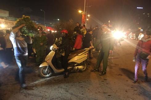 Lực lượng Công an quận Tây Hồ làm nhiệm vụ trong đêm tại chốt chợ hoa Quảng An