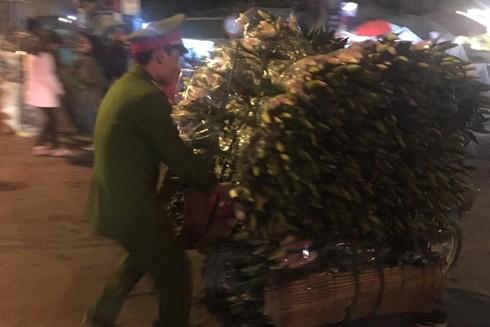 Công an quận Tây Hồ tận tình giúp đỡ bà con trong đêm tại chợ hoa Quảng An