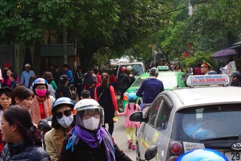 Lực lượng Công an phường Quảng An căng mình phân luồng giao thông tại các điểm dẫn vào Phủ Tây Hồ
