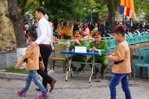 Bàn tiếp nhận thông tin tố giác tội phạm tại cổng chùa Trấn Quốc, phường Yên Phụ