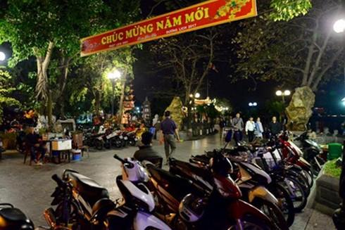 Chùa Trấn Quốc trong đêm vẫn đông đúc du khách đến tham quan, cầu bình an