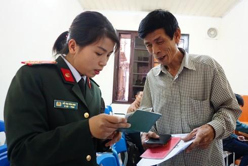 Cán bộ Phòng Quản lý XNC hướng dẫn người dân làm thủ tục cấp hộ chiếu