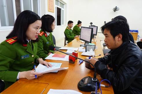 Cán bộ phòng Cảnh sát QLHC về TTXH hướng dẫn thủ tục cấp thẻ căn cước cho công dân trong ngày làm việc đầu tiên sau khi nghỉ Tết xuân Đinh Dậu 2017
