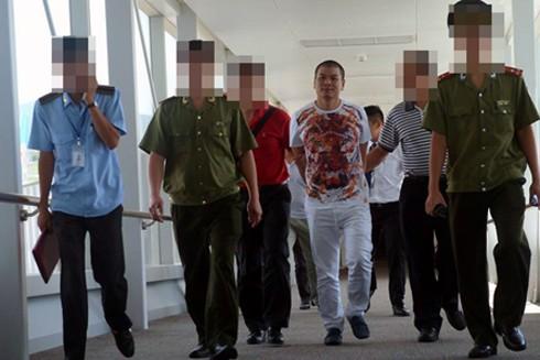 """Lực lượng Công an dẫn giải đối tượng truy nã Hùng """"lô"""" về trụ sở sau thời gian lẩn trốn"""