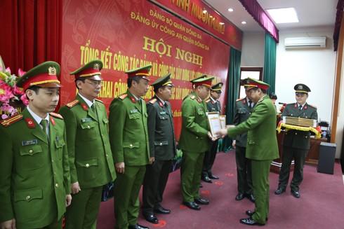 Đại tá Võ Hồng Phương, Trưởng CAQ Đống Đa trao bằng khen cho cá nhân, tập thể có thành tích xuất sắc trong công tác năm 2016