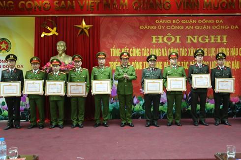 Đại tá Võ Hồng Phương chụp ảnh lưu niệm với các tập thể, cá nhân có thành tích xuất sắc trong công tác năm 2016