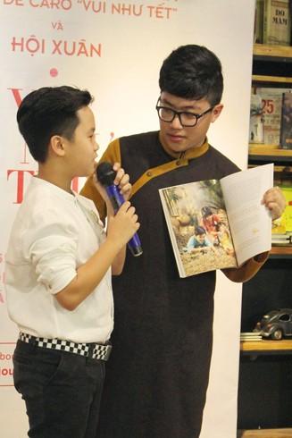 Nguyễn Anh Duy (người đứng bên phải) trong buổi ra mắt ấn phẩm