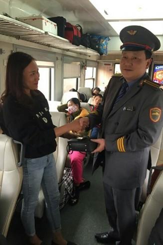 Anh Bùi Xuân Hải, nhắc nhở hành khách kiểm tra, giữ gìn tài sản trước khi xuống ga