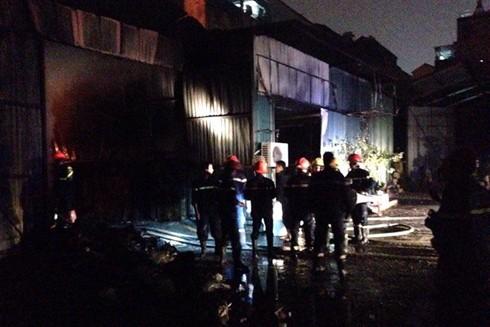 Lực lượng chữa cháy đã nỗ lực khống chế được đám cháy sau gần 2 giờ đồng hồ