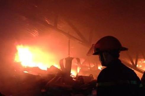 Do nhà kho chủ yếu chứa đồ dễ cháy nên ngọn lửa bùng phát lớn