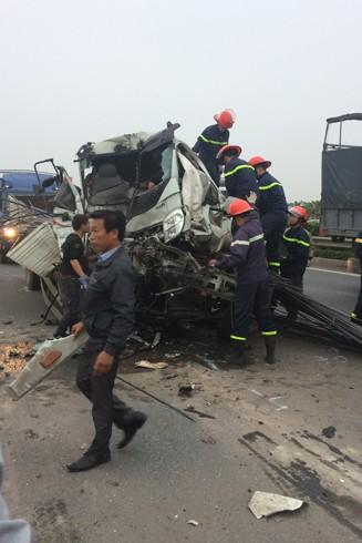 Hà Nội: Xem cứu lái xe mắc kẹt trong cabin ôtô sau vụ tai nạn