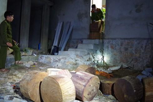 Lực lượng Công an kiểm tra phát hiện 60 khúc gỗ nghiến cắt tập kết tại nhà