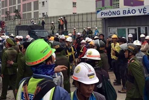 Lực lượng Công an có mặt giải tán các công nhân tụ tập trước cổng công trường