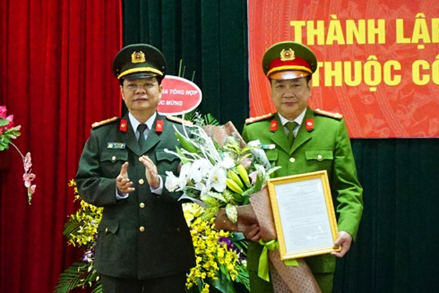 Đại tá Đào Thanh Hải, Phó Giám đốc CATP trao Quyết định thành lập Đội kỹ thuật hình sự cho Đại tá Võ Hồng Phương, Trưởng CAQ Đống Đa