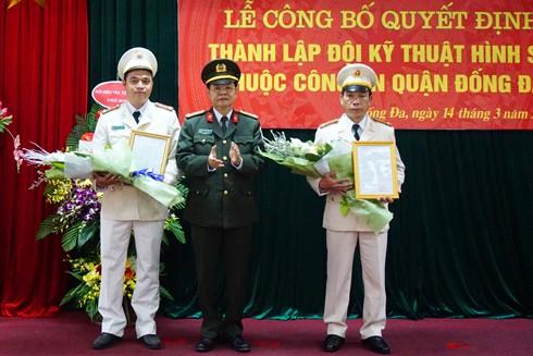 Đại tá Đào Thanh Hải, Phó Giám đốc CATP trao Quyết định Đội trưởng và Phó đội trưởng Đội kỹ thuật hình sự CAQ Đống Đa