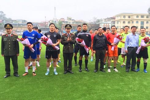 Giao hữu bóng đá gắn kết tình đồng đội