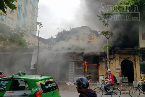 Ngọn lửa nhanh chóng bùng phát tại căn nhà 102 phố Lê Duẩn