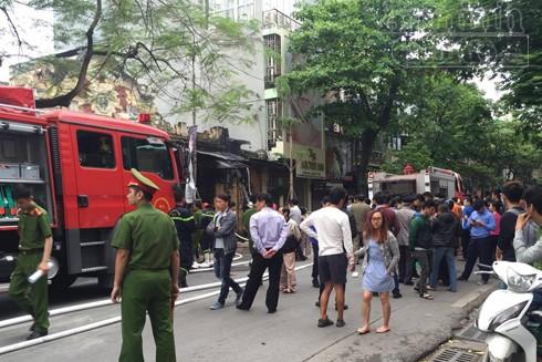 Lực lượng Công an phường Cửa Nam hỗ trợ, bảo vệ tài sản, phân luồng giao thông phục vụ công tác chữa cháy