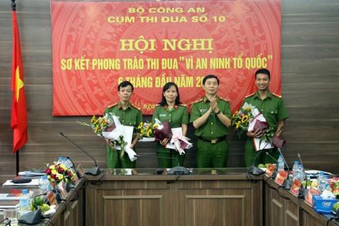 Thiếu tướng Hoàng Quốc Định trao thưởng các tác giả nhận giải Ba cuộc thi