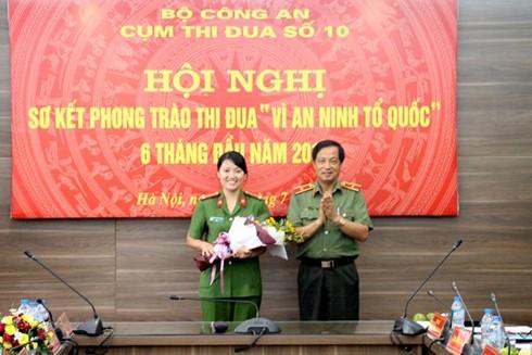 Thiếu tướng Đỗ Ngọc Cẩn trao thưởng cho tác giả Phạm Thị Hiền, Phòng Chính trị, Cảnh sát PC&CC TP Hải Phòng nhận giải Nhất.