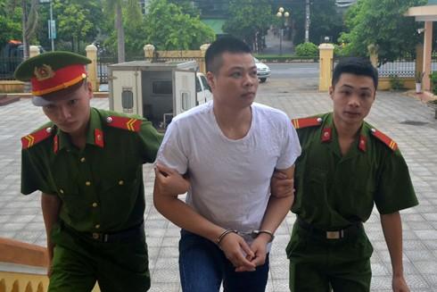 Bị cáo Đặng Văn Long bị dẫn giải vào phiên tòa xét xử