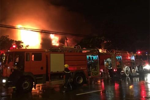 Lực lượng cứu hỏa huy động 10 xe chữa cháy cùng hơn 50 CBCS đến hiện trường làm nhiệm vụ