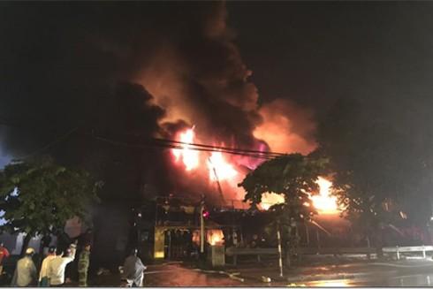 Ngọn lửa nhanh chóng bao trùm toàn bộ siêu thị có diện tích trên 300m2