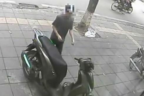 Hình ảnh tên trộm bẻ khóa xe máy SH cắt từ camera an ninh