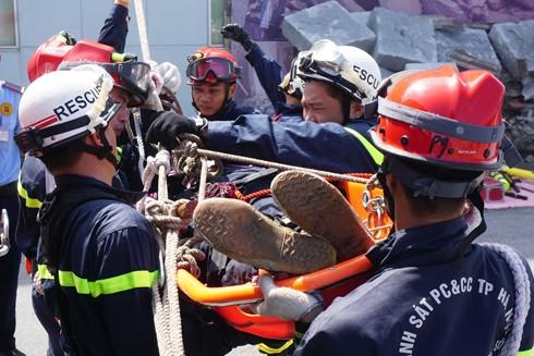 CBCS Cảnh sát PCCC thực tập phương án cứu nạn người mắc kẹt bằng cáng dây