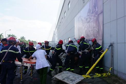 Lực lượng thực tập phối hợp cứu nạn, cứu thương trong tình trạng khẩn cấn
