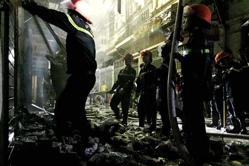 Lực lượng Cảnh sát PCCC tổ chức dập lửa, chống cháy lan tại vụ cháy nhà dân ở phố Vọng