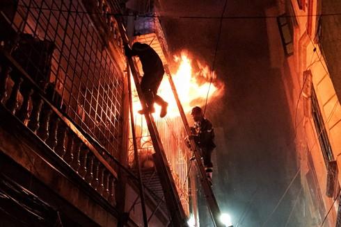 Cảnh sát PCCC phá chuồng cọp sắt cứu người dân mắc kẹt trong đám cháy tại phố Vọng, quận Hai Bà Trưng