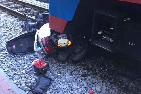 Chiếc xe máy bị cuốn vào gầm tàu hỏa hư hỏng nặng
