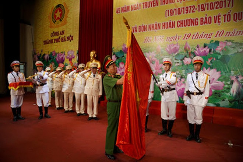 Thượng tướng Lê Quý Vương gắn Huân chương Bảo vệ Tổ quốc hạng Nhì lên Cờ truyền thống của lực lượng Tổ chức cán bộ Công an Thủ đô
