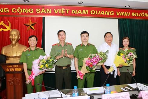 Thiếu tướng Phạm Văn Miên tặng các vị khách mời ảnh lưu niệm tại buổi tọa đàm