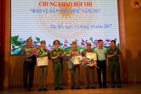 Đại tá Phùng Anh Lê, Trưởng CAQ Tây Hồ trao giải cho các đội thi