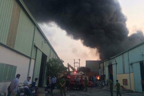 Cột khói bao trùm tạo khí độc gây khó khăn cho lực lượng cứu hỏa