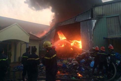Lực lượng cứu hỏa nỗ lực tiếp cận khống chế đám cháy