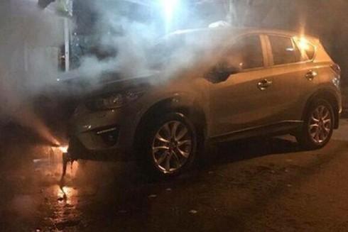 Chủ nhân thiếu quan sát đỗ xe cạnh bến than tổ ong bị bốc cháy