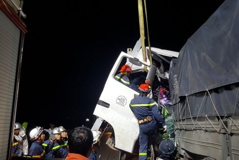 Lực lượng cứu nạn phải dùng xe cẩu cabin để đưa nạn nhân mắc kẹt ra ngoài