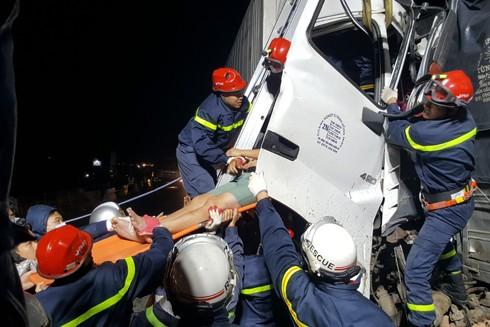 Những hình ảnh cứu nạn 2 người bị mắc kẹt trong cabin xe tải