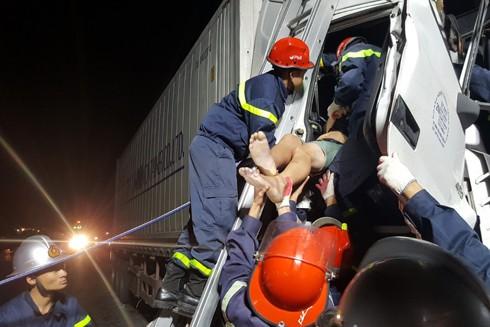 Nạn nhân được cứu nạn ra khỏi cabin đưa đi cấp cứu
