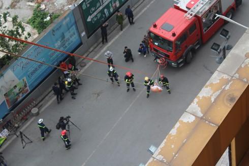 Lực lượng cứu nạn dùng thang dây nghiêng cứu người mắc kẹt từ trên cao xuống
